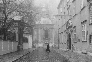 Kapitulska A priest crosses the street to early mass